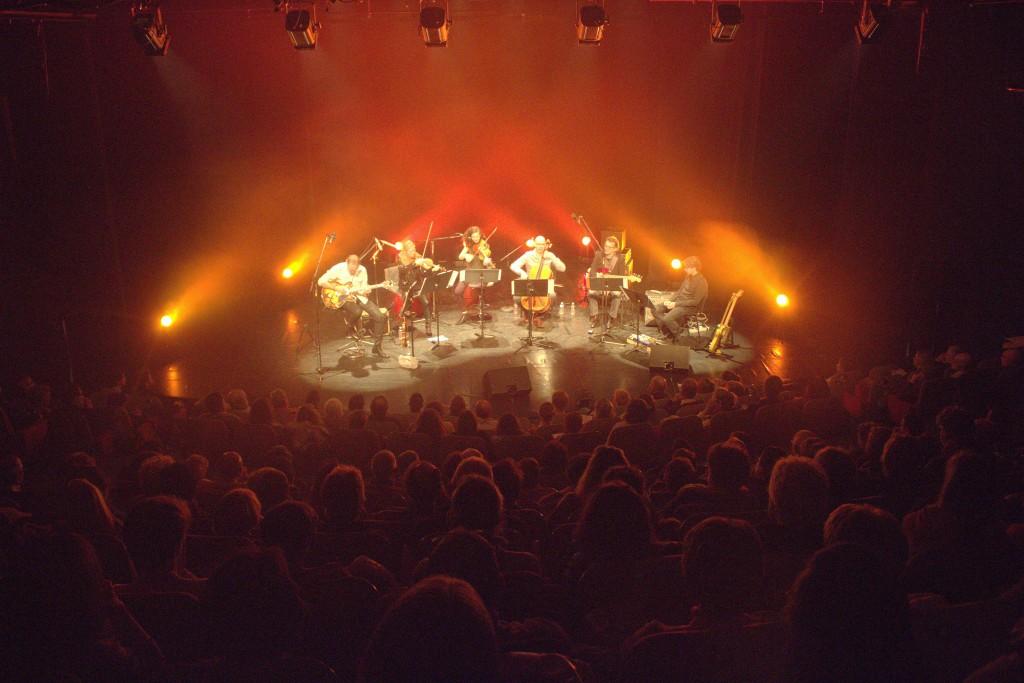 Les Concerts Salade sous les projecteurs et l'œil attentif de la salle.